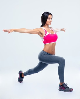 Porträt in voller länge einer fitnessfrau, die sich ausdehnt