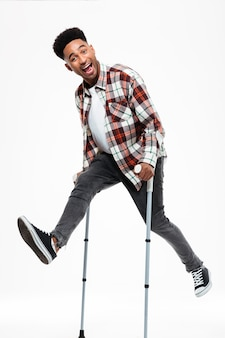 Porträt in voller länge eines glücklichen jungen afroamerikaners
