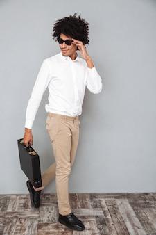 Porträt in voller länge eines jungen selbstbewussten afrikanischen mannes