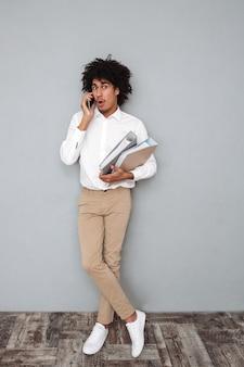 Porträt in voller länge eines schockierten jungen afroamerikaners