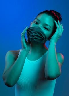 Porträt junge asiatische frau, die maske trägt