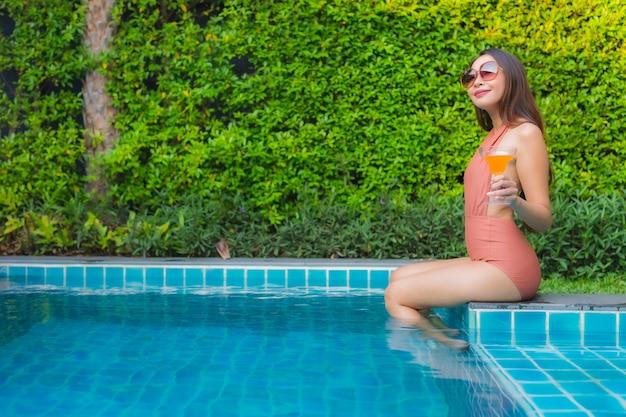 Porträt junge asiatische frau entspannen glückliches lächeln um schwimmbad im hotel