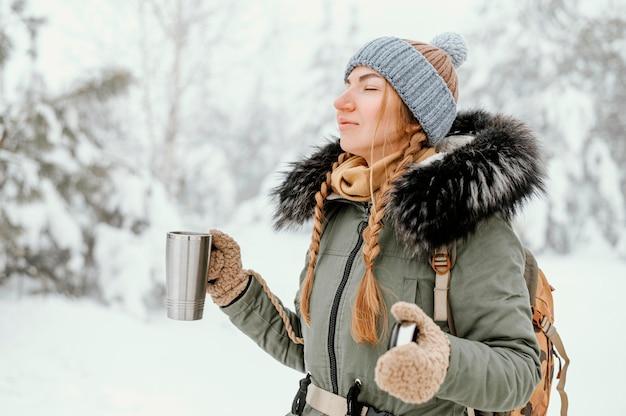 Porträt junge frau am wintertag