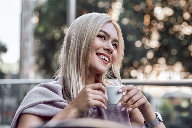 Porträt junge frau mit brille kaffeetrinken im café entspannen