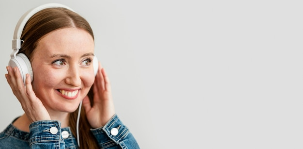 Porträt junge frau mit kopfhörern