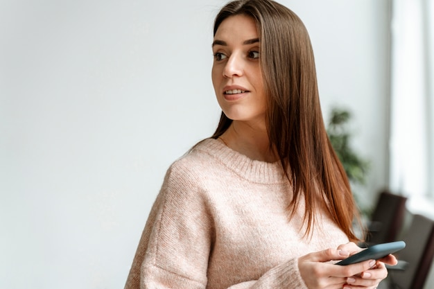 Porträt junge geschäftsfrau mit handy