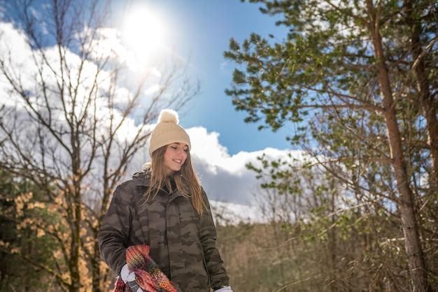 Porträt junge hübsche frau im winter im schnee