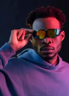 Porträt junger afroamerikanermann, der sonnenbrille trägt