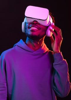 Porträt junger afroamerikanermann mit vr brille