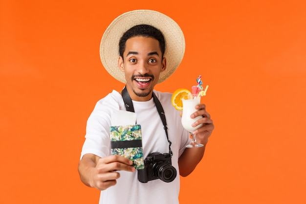 Porträt junger afroamerikanischer mann im weißen t-shirt, das geste zeigt.