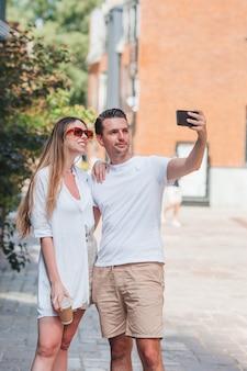 Porträt junger attraktiver touristen im freien