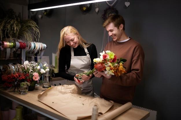 Porträt junger floristen, die zusammenarbeiten