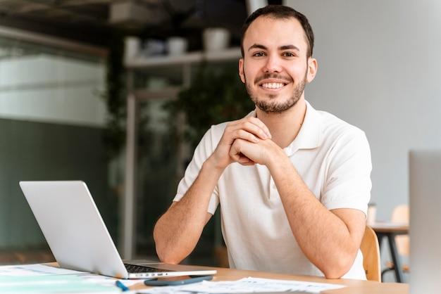 Porträt junger geschäftsmann, der arbeitet