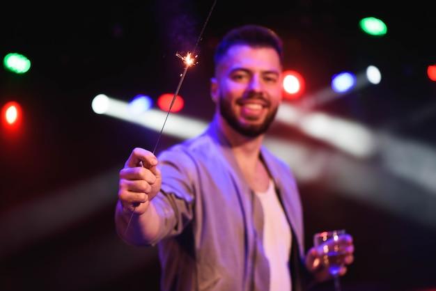 Porträt junger mann mit glas champagner im club