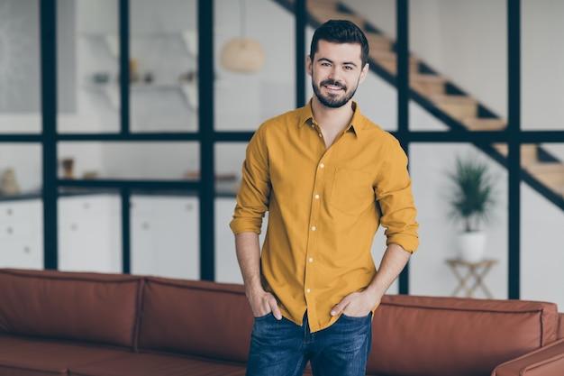 Porträt junger mann zu hause