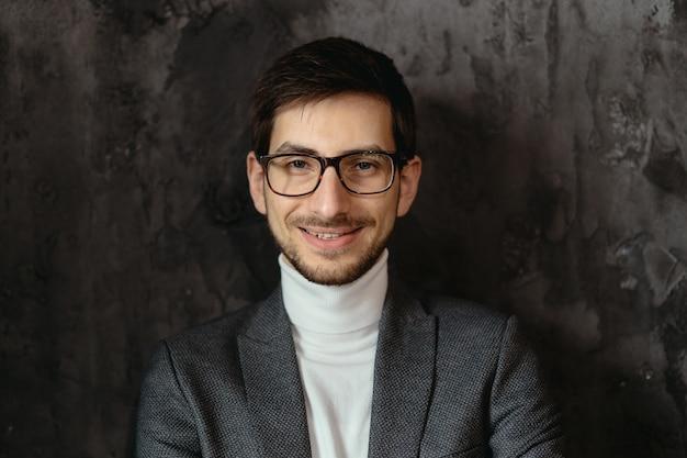 Porträt junger, selbstbewusster geschäftsmann, der brille trägt