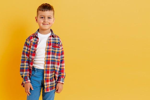 Porträt kleiner junge mit kopierraum