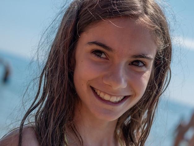 Porträt kleines mädchen am meer im sommer hautnah