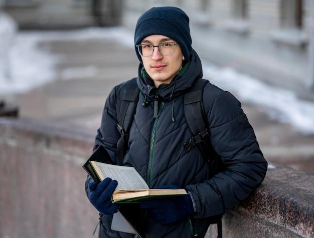 Porträt männlicher student mit büchern
