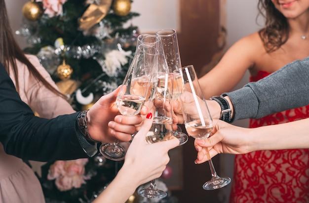 Porträt mehrerer freunde, die weihnachten feiern.