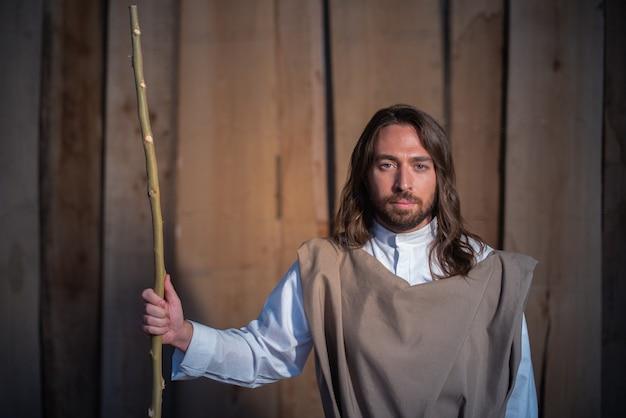 Porträt mit nahaufnahme der biblischen figur josephs in einer krippe, während er einen stock hält