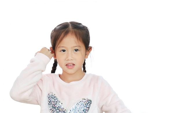 Porträt nah oben vom kleinen asiatischen kindermädchen auf weißem hintergrund.
