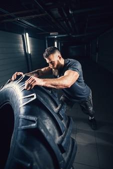 Porträt nahaufnahme des starken muskulösen bärtigen kurzen haar-bodybuilder-mannes
