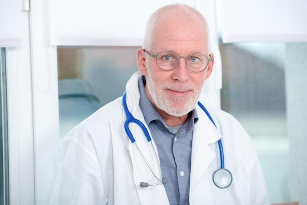 Porträt reifen arztes mit stethoskop