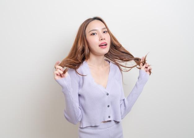 Porträt schöne asiatische frau mit glücklichem gefühl und lächelnd auf weißem hintergrund