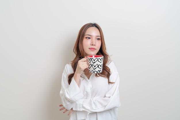 Porträt schöne asiatische frau mit kaffeetasse oder becher auf weißem hintergrund