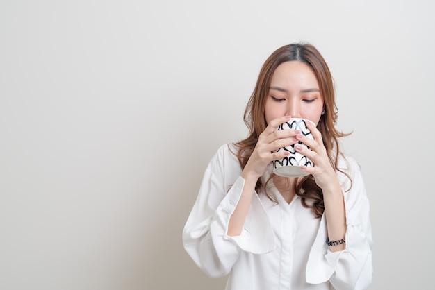 Porträt schöne asiatische frau mit kaffeetasse oder tasse auf weißem hintergrund