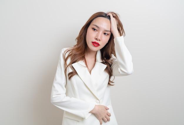 Porträt schöne asiatische frau wütend, stress, sorgen oder beschweren sich auf weißem hintergrund