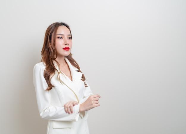 Porträt schöne asiatische geschäftsfrau im weißen anzug