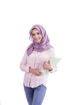 Porträt schöne frau, die hijab trägt