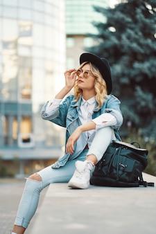 Porträt schöne frau mit sonnenbrille und hut im freien
