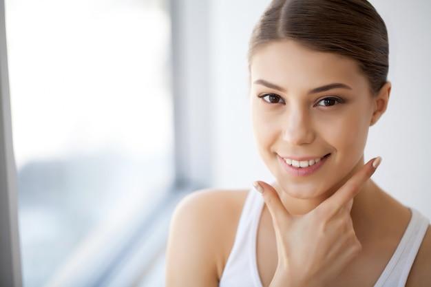 Porträt-schöne glückliche frau mit dem weißen zahn-lächeln. schönheit. bild mit hoher auflösung