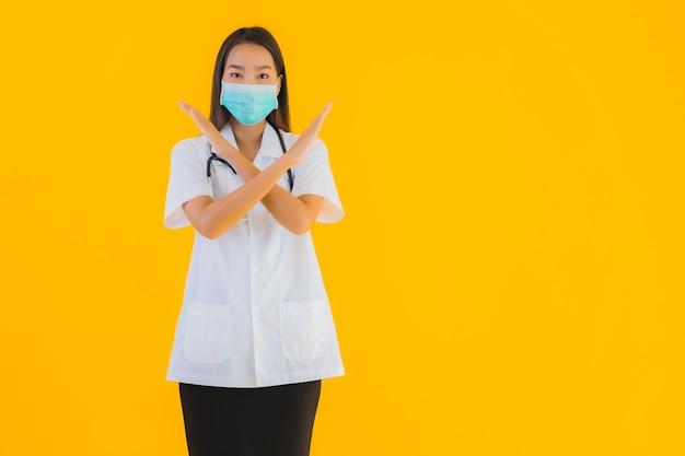 Porträt schöne junge asiatische ärztin mit maske zum schutz covid19
