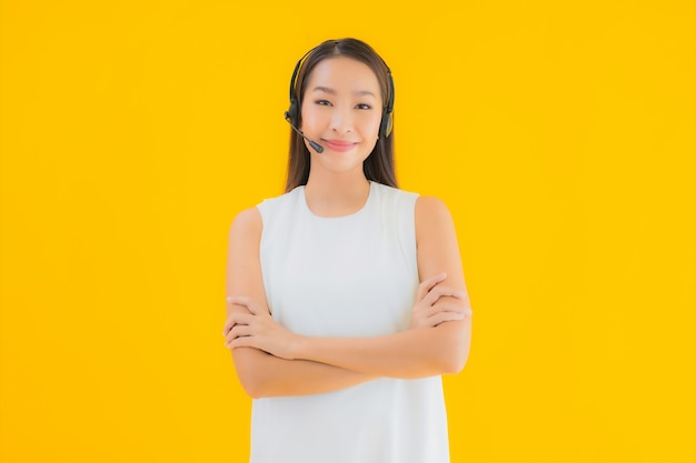 Porträt schöne junge asiatische frau callcenter für hilfe