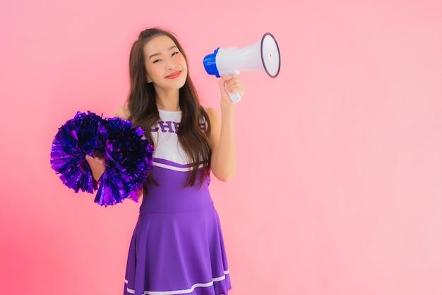 Porträt schöne junge asiatische frau cheerleader lächeln glücklich