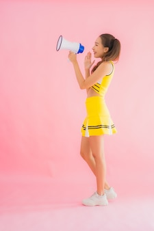 Porträt schöne junge asiatische frau cheerleader mit megaphon