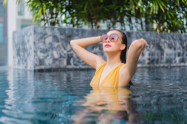 Porträt schöne junge asiatische frau entspannen freizeit um schwimmbad