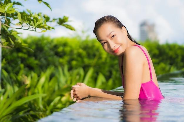 Porträt schöne junge asiatische frau entspannen genießen um freibad im urlaub urlaub