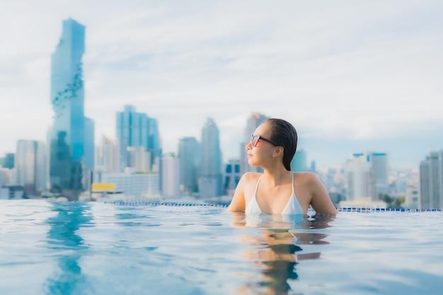 Porträt schöne junge asiatische frau entspannen glückliches lächeln freizeit um freibad