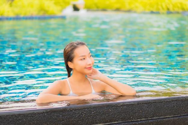Porträt schöne junge asiatische frau entspannen lächeln freizeit um freibad fast meer