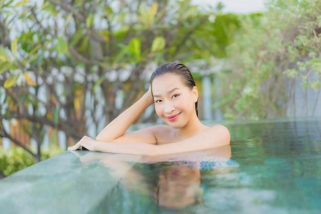 Porträt schöne junge asiatische frau entspannen lächeln freizeit um freibad