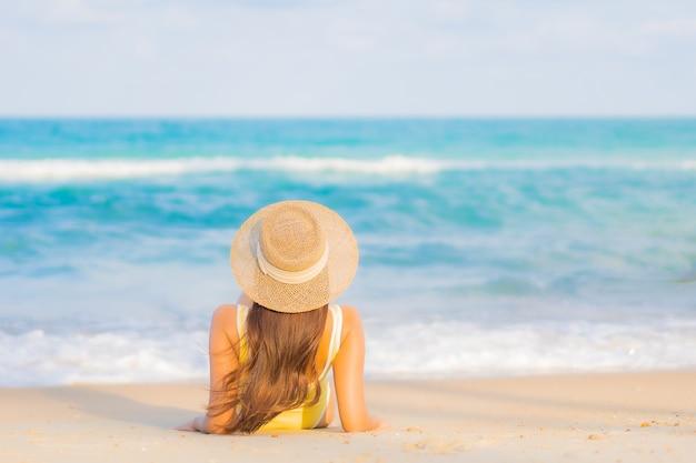 Porträt schöne junge asiatische frau entspannen lächeln freizeit um strand meer ozean auf reise urlaub reise