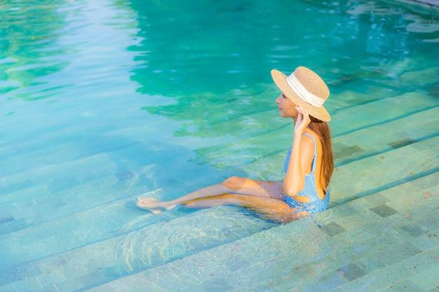 Porträt schöne junge asiatische frau entspannen lächeln genießen freizeit um pool fast meer strand meerblick im urlaub