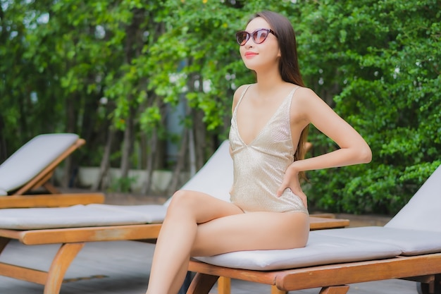 Porträt schöne junge asiatische frau entspannen lächeln um außenpool