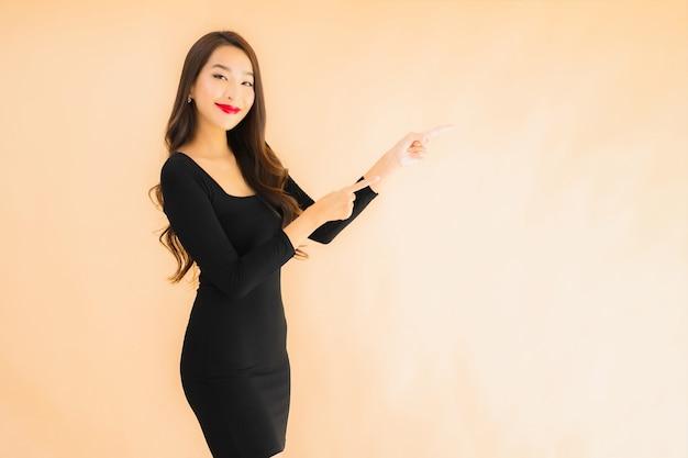 Porträt schöne junge asiatische frau glückliches lächeln in aktion