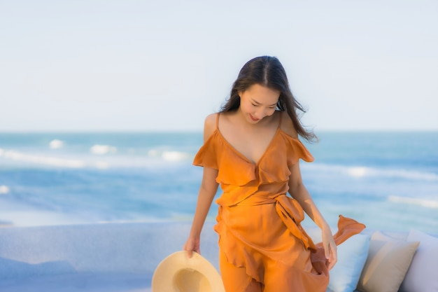 Porträt schöne junge asiatische frau glückliches lächeln um meer ozean strand